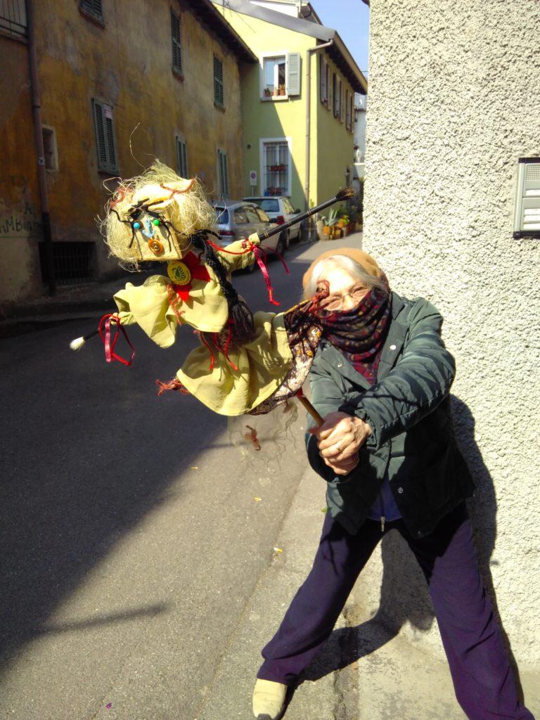 Luisa Rotasperti danza sulla porta di casa con David lo SpaventaVirus
