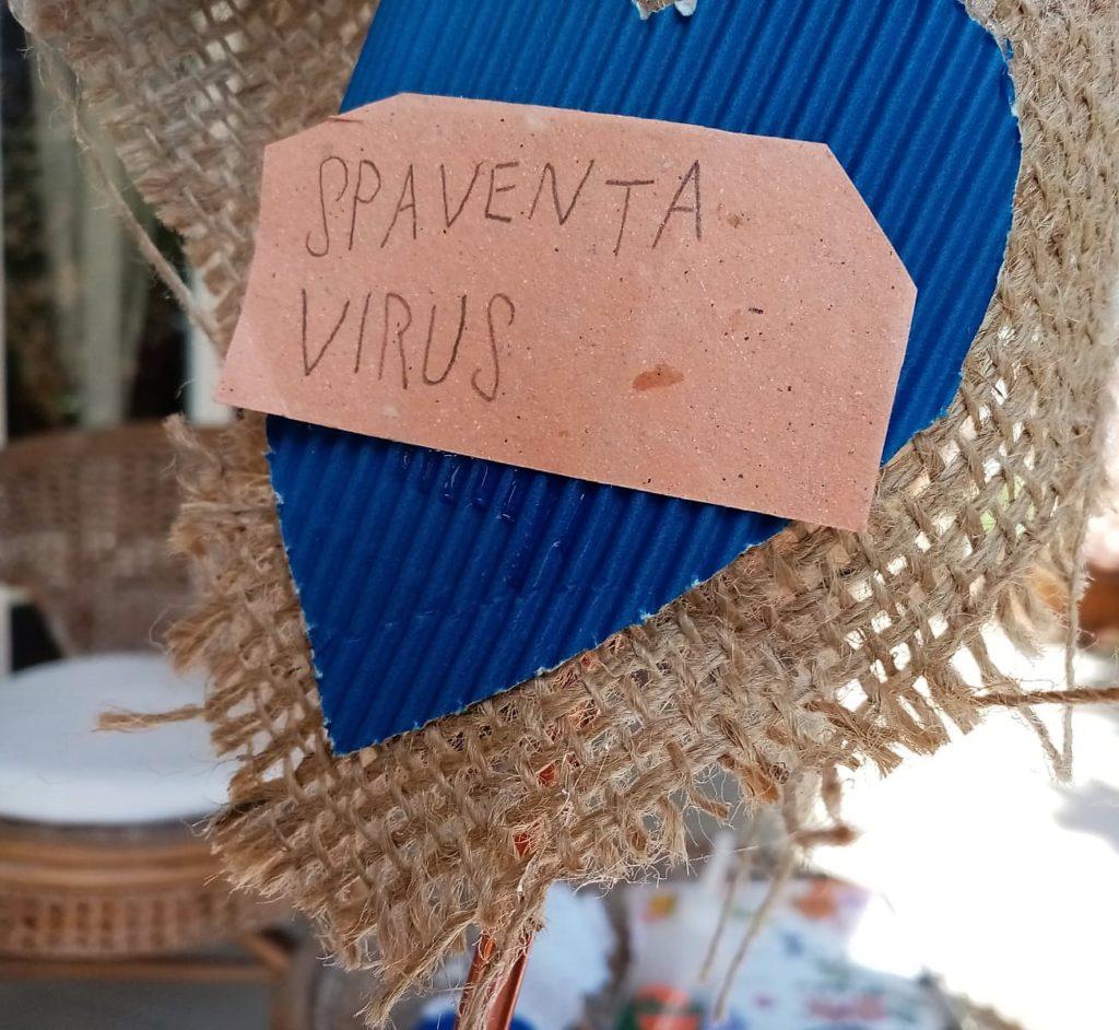 Etichetta attaccata dietro la testa del primo spaventavirus italiano