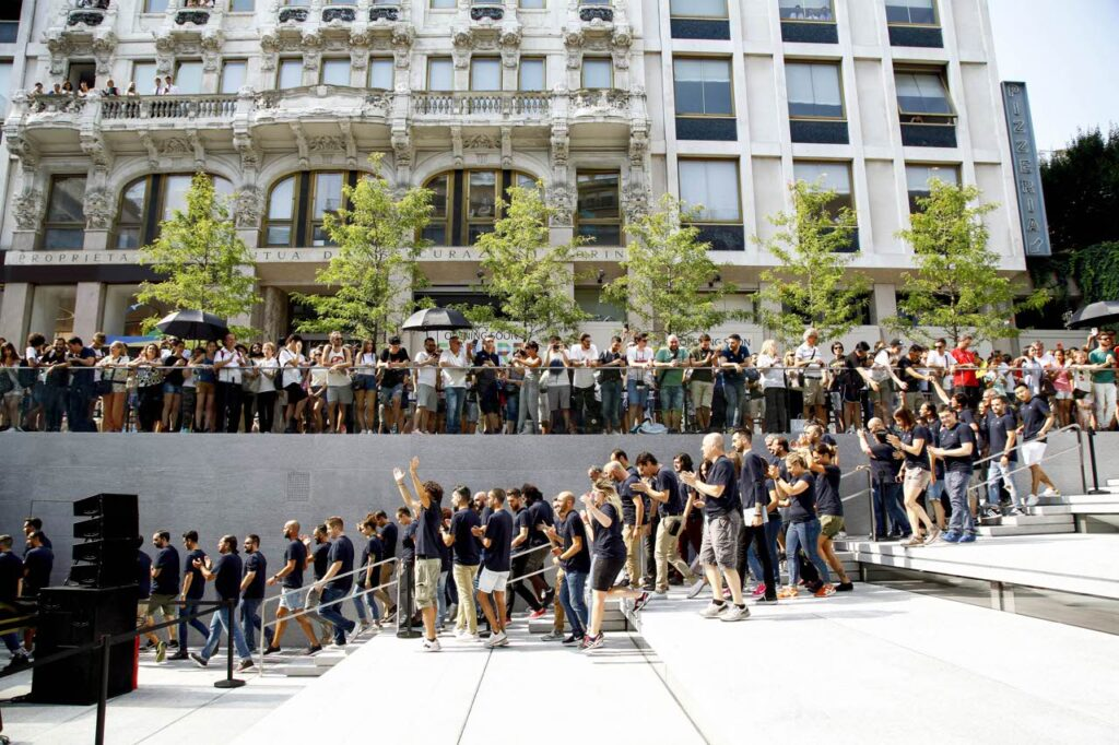 Una lunga fila di persone davanti all'Apple Store
