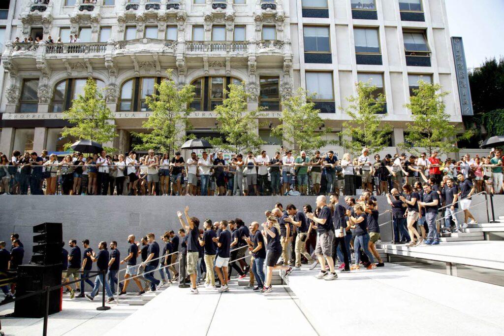 Una lunga fila di persone davanti all'Apple Store