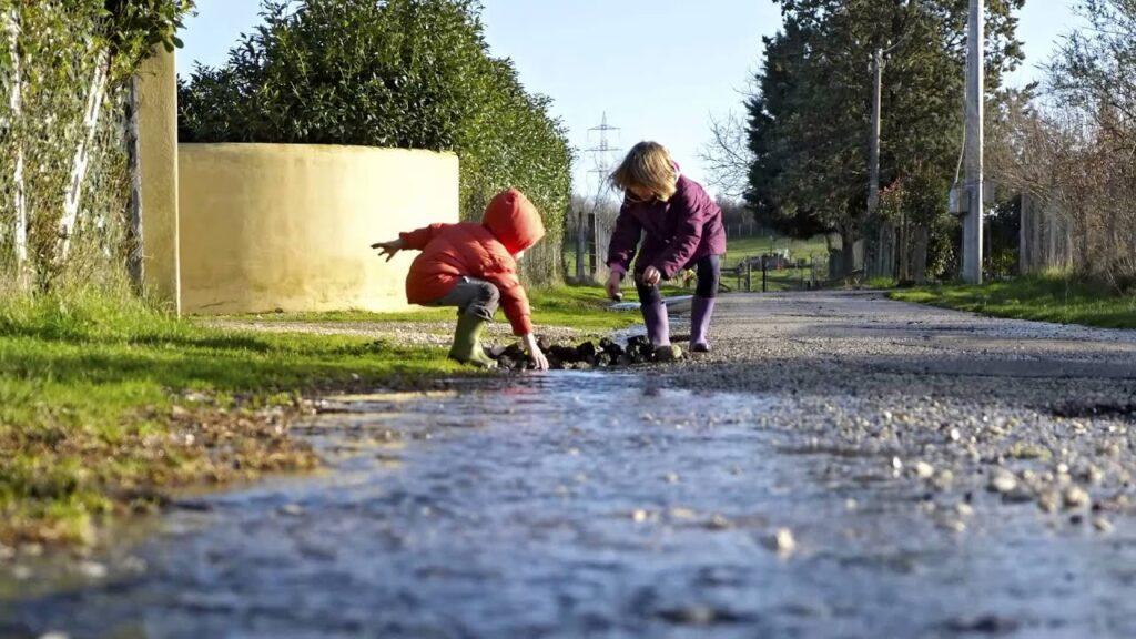 Bambini che costruiscono una diga